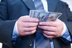 Geschäftsmann mit Geld in den Händen Stockbilder