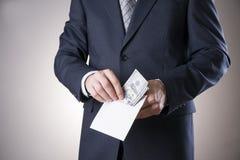 Geschäftsmann mit Geld im Studio Dollarbanknoten im Umschlag getrennt auf Weiß Hundert Dollarscheine Stockbilder