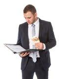 Geschäftsmann mit Geld liest etwas Papiere stockbild