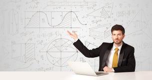 Geschäftsmann mit Geschäftsberechnungshintergrund Stockbild