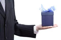 Geschäftsmann mit Geschenk Lizenzfreies Stockfoto