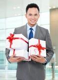 Geschäftsmann mit Geschenkkästen Lizenzfreie Stockfotografie