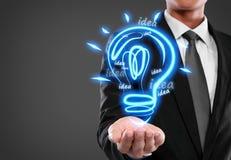 Geschäftsmann mit Glühlampe der Idee Stockbilder