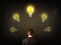 Geschäftsmann mit Glühlampen über seinem Kopf Lizenzfreie Stockfotos