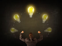 Geschäftsmann mit Glühlampen über seinem Kopf Lizenzfreie Stockfotografie