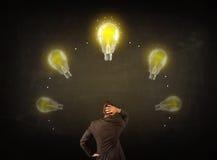 Geschäftsmann mit Glühlampen über seinem Kopf Lizenzfreies Stockfoto