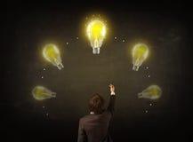 Geschäftsmann mit Glühlampen über seinem Kopf Lizenzfreie Stockbilder