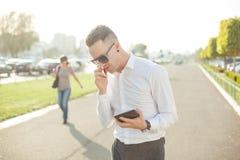 Geschäftsmann mit Handytablette in den Händen Lizenzfreies Stockfoto