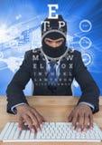 Geschäftsmann mit Haube schreibend auf Tastatur vor blauem Hintergrund mit digitalen Buchstaben vektor abbildung