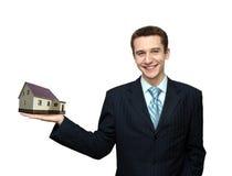 Geschäftsmann mit Haus in der Hand stockfoto
