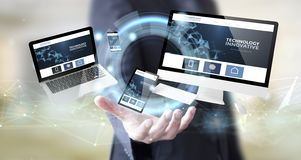 Geschäftsmann mit innovativer Website der Digitaltechnik stockfoto