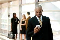Geschäftsmann mit intelligentem Telefon Stockbild