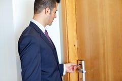 Geschäftsmann mit keycard an der Hotel- oder Bürotür Lizenzfreie Stockbilder