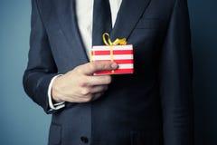 Geschäftsmann mit kleinem Geschenk Stockfotos
