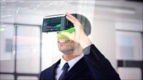 Geschäftsmann mit Kopfhörer der virtuellen Realität im Büro stock footage