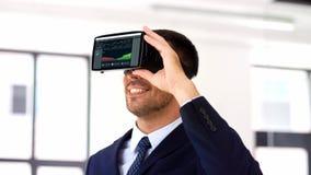 Geschäftsmann mit Kopfhörer der virtuellen Realität im Büro stock video footage
