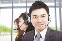 Geschäftsmann mit Kundenkontaktcentermittel lizenzfreie stockbilder
