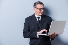 Geschäftsmann mit Laptop Lizenzfreie Stockfotos