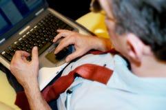 Geschäftsmann mit Laptop Lizenzfreies Stockfoto