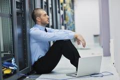Geschäftsmann mit Laptop im Netzserverraum Stockfoto