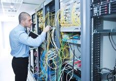 Geschäftsmann mit Laptop im Netzserverraum Lizenzfreie Stockbilder