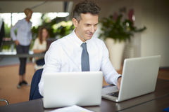 Geschäftsmann mit Laptop und Telefon Stockfoto