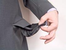 Geschäftsmann mit leerer Tasche stockbild