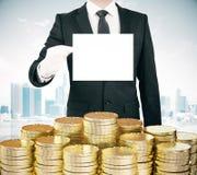 Geschäftsmann mit leerer Weißbuchliste in der Hand und Stapel von gehen Lizenzfreie Stockbilder