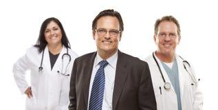 Geschäftsmann mit medizinischem Personal hinten lizenzfreies stockfoto