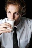 Geschäftsmann mit Milch lizenzfreie stockfotos