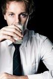 Geschäftsmann mit Milch lizenzfreie stockfotografie