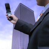 Geschäftsmann mit Mobiltelefon stockfoto