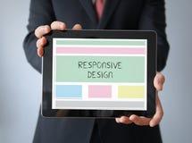 Geschäftsmann mit responisive Design wireframe auf einer Tablette Lizenzfreie Stockfotos