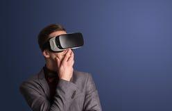 Geschäftsmann mit Schutzbrillen der virtuellen Realität Lizenzfreie Stockbilder