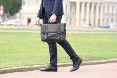 Geschäftsmann mit schwarzem Aktenkoffer in der Hand stockfotos