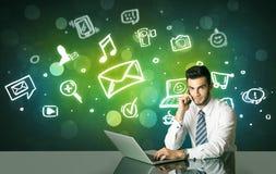 Geschäftsmann mit Social Media-Symbolen Stockfoto