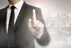 Geschäftsmann mit Stadthintergrund-Schablonenkonzept lizenzfreies stockfoto