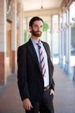 Geschäftsmann mit stehender Außenseite des Bartes und des Gesellschaftsanzugs lizenzfreie stockbilder