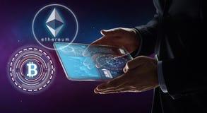 Geschäftsmann mit Tablette PC und cryptocurrency Lizenzfreie Stockfotos