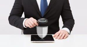 Geschäftsmann mit Tabletten-PC-Antivirusprogrammikone Lizenzfreie Stockfotografie