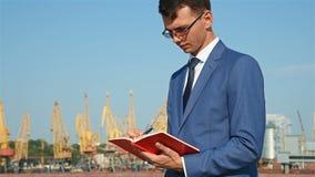 Geschäftsmann mit Tagebuch stock video