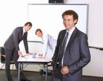 Geschäftsmann mit Team verbindet im Hintergrund Stockbilder