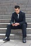 Geschäftsmann mit Telefon. stockbild