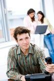 Geschäftsmann mit Telefon im Büro Stockfotos