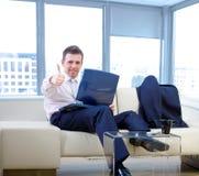 Geschäftsmann mit Thumb-up Stockfotografie