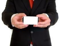 Geschäftsmann mit unbelegter Visitenkarte Stockfoto