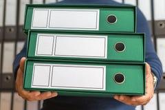 Geschäftsmann mit Unternehmensdateien in der Dokumentenmappe, leerer Aufkleber Stockbilder