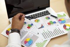 Geschäftsmann mit Unternehmensplan Lizenzfreies Stockfoto