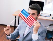 Geschäftsmann mit USA-Flagge im Büro Lizenzfreie Stockfotografie