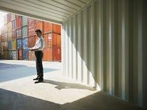 Geschäftsmann mit Versandbehältern stockfotografie
